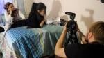 Kosar Naeemi ja Aziza Hossaini valmistautuvat kohtauksen kuvauksiin. Kalle Heino kameran takana.